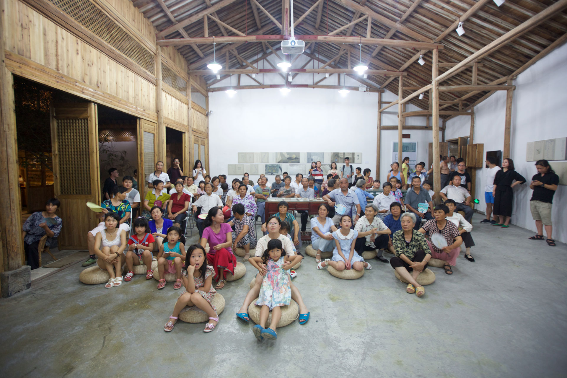 The Bishan villagers came to the School of Tiller for artist Liu Chuanhong's film screening.